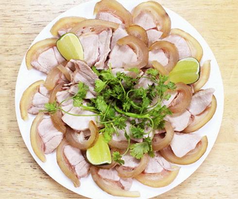 Đĩa bê thui được thái thành từng lát vừa ăn với phần da chín vàng rất hấp dẫn.