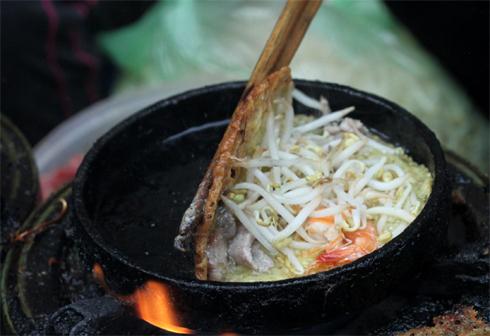 Thành phần chính của bánh làm từ bột gạo. Riêng khâu pha chế sao cho bột giòn, thơm thì là bí mật gia truyền.