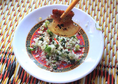 Chén muối ớt xanh làm cho món ăn trở nên đậm đà và ngon miệng.