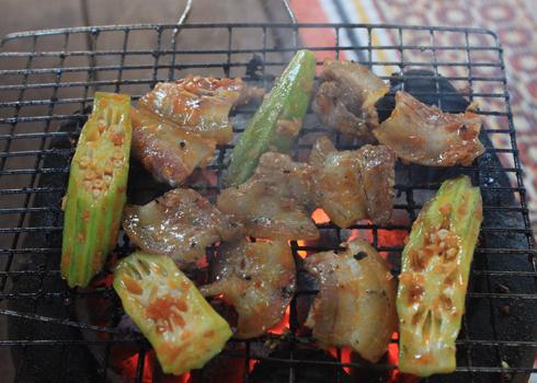 Từng lát thịt heo được nướng chín vàng tỏa mùi thơm nức.