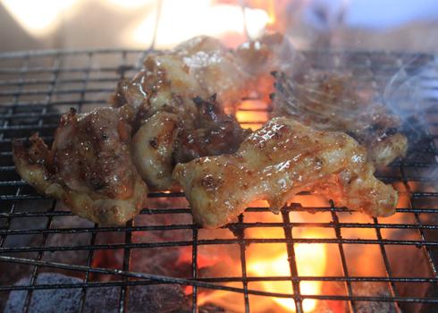 Từng miếng thịt vịt được nướng chín vàng tỏa mùi thơm nức thật hấp dẫn không thể cưỡng được.