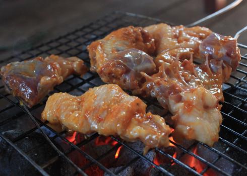 Vịt sau khi ướp thấm gia vị được cho lên nướng chín trên bếp than hồng.