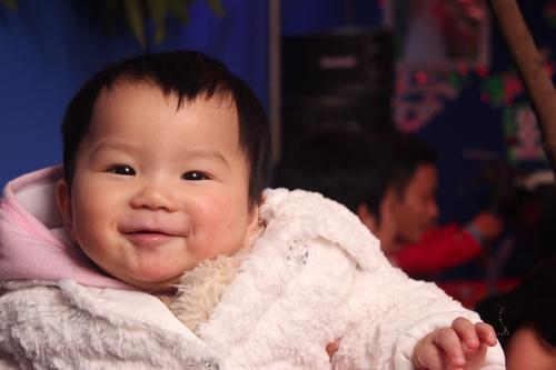 Sợ cô con gái 6 tuổi nhiễm lạnh sinh bệnh, chị Thu (Mỹ Đình, Hà Nội) lôi đống áo khoác áo len của mình ra ủ cho bé.
