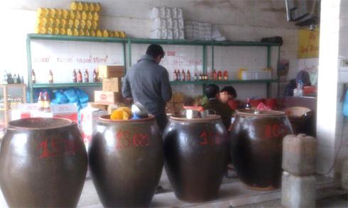 Hà Nội: Phát hiện cơ sở pha nước mắm rẻ tiền, dán mác nổi tiếng để bán