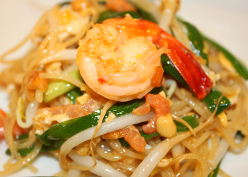 Hủ tiếu xào là món ăn được bán nhiều trên các quán ăn vỉa hè ở Thái Lan.