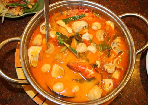 Canh tôm chua cay là món ăn nổi tiếng trong ẩm thực Thái Lan với hương vị chua cay đặc trưng mang đến cho người ăn sự ngon miệng.