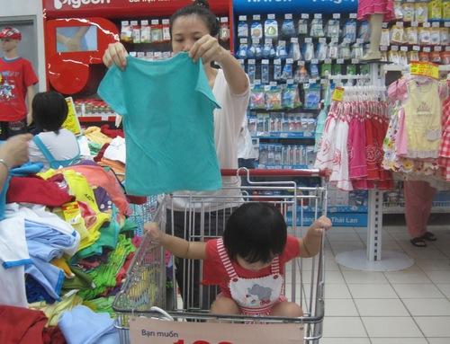 Nhiều bà mẹ tất bật chuẩn bị mọi thứ thật chu đáo cho chuyến về quê dịp Tết. Ảnh: Lê Phương