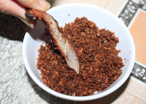 Bò được ăn kèm với muối kiến vàng của người dân tộc.