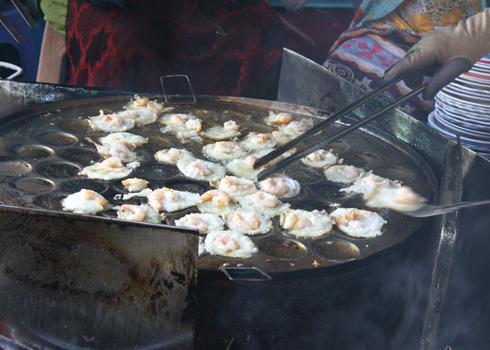 Khuôn bánh khọt thường làm bằng nhôm hoặc inox.