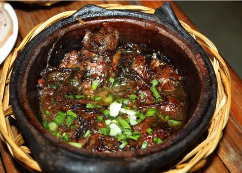 Cá rô đồng hầm nước dừa.