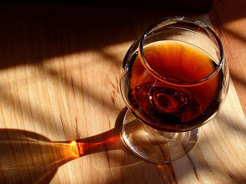 Lạm dụng rượu có thể gây nghiện.