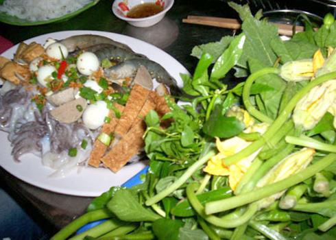 Ngoài cua đồng, món lẩu còn có nhiều thành phần khác như hải sản, các loại rau sống.