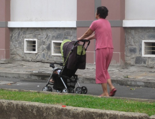 Mái che của xe đẩy có tác dụng che bụi, tránh nắng cho bé hiệu quả.