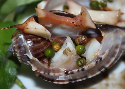 Vị cay nồng của tiêu xanh đem lại hương vị lạ miệng cho món ăn.