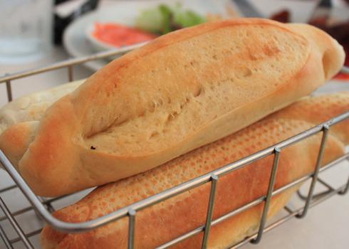 Ngoài bánh mì sandwich, ở quán còn có món bánh mì đặc ruột do chủ quán tự làm được nhiều người ưa thích.