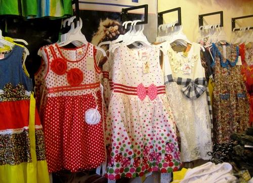 Chọn quần áo xinh xắn, an toàn cho con là điều mà các bà mẹ quan tâm. Ảnh: Lê Phương