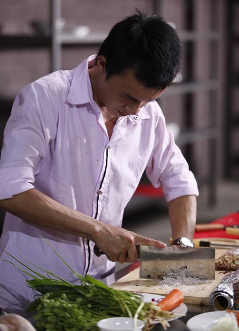 Thí sinh Văn Dần đang chuẩn bị món lươn đùm.