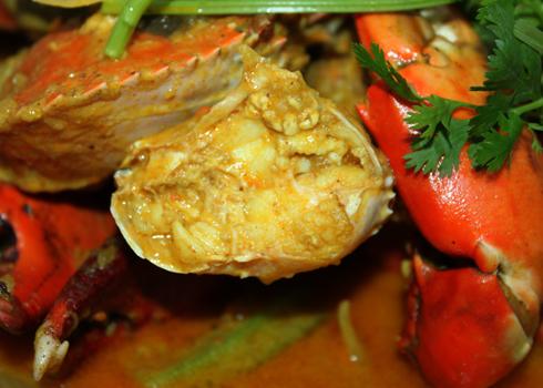 Thịt cua thấm đẫm nước cà ri đậm đà, béo nhưng không hề ngấy.