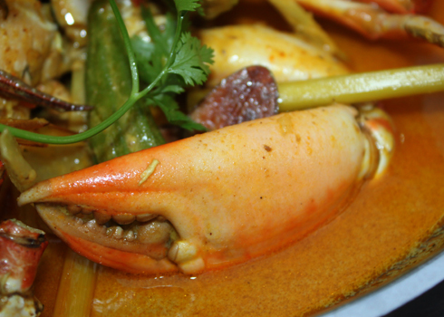 Cà ri cua có thể ăn kèm với bánh mì, bún tươi hoặc cơm.