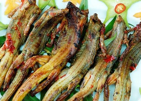 Ngoài món chả dông, thịt dông nướng muối ớt cũng được nhiều người ưa thích.