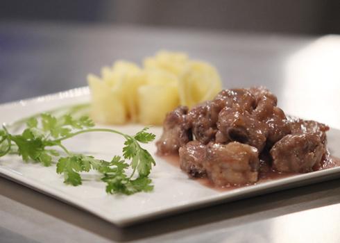 Sườn sốt dâu tây kèm khoai tây nửa luộc nửa chiên của Phương Vân.