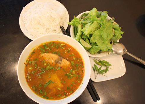 Cá ngừ um ăn kèm bún tươi và rau sống.