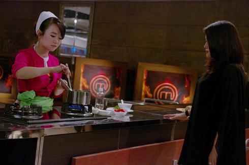 Cô gái Minh Ngọc, người dân tộc Mường đang chuẩn bị món ăn cho phần thi của mình.