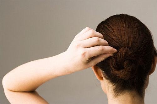 Có nhiều nguyên nhân khiến tóc bạc sớm.