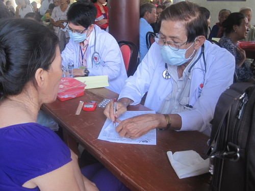 Từ tờ mờ sáng, nhiều bà con đã tập trung tại chùa Huệ Quang để được các bác sĩ khám tổng quát nhiều loại bệnh.