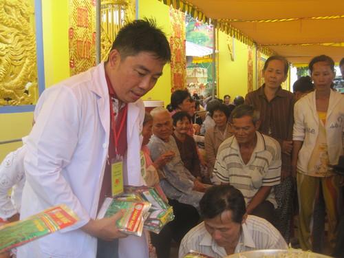Đoàn Tâm Việt còn trao hơn 200 phần quà cho những bệnh nhân có hoàn cảnh đặc biệt khó khăn và kết hợp tặng con giống, hạt giống, hướng dẫn người dân trồng rau sạch vì an toàn sức khỏe.