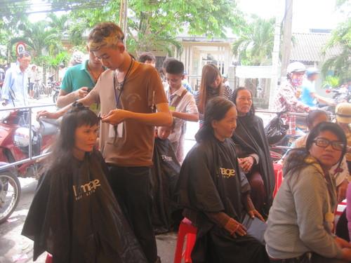 Các tình nguyện viên tham gia cắt tóc cho người nghèo.