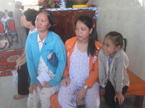 Chị Mỹ Linh, 46 tuổi và 2 con gái đang đợi đến lượt siêu âm. Con gái lớn của chị đang mang bầu nên cũng tranh thủ đợt này để nhờ bác sĩ siêu âm, khám thai.