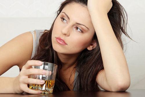 Phụ nữ uống rượu tăng nguy cơ ung thư vú