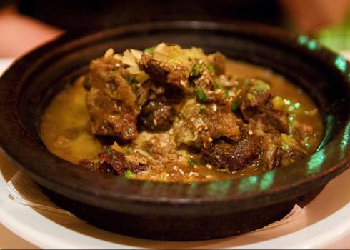 Món Tajine: Từ này vừa chỉ dụng cụ để đựng (là cái đĩa bằng đất nung được trang trí với chiếc vung hình nón điển hình) vừa chỉ thức ăn bên trong đó (món ragu gồm có thịt, gia cầm, cá và rau nướng chín). Hãy thưởng thức và sẽ hiểu tại sao tajine lại là món ăn dân tộc của người Maroc