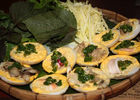 Đây là một loại bánh rất nổi tiếng của các tỉnh ven biển miền Trung, có hình dáng gần giống với chiếc bánh khọt của người miền Nam.