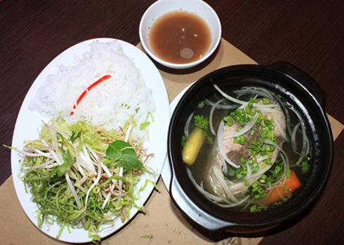Bún cá ngừ um là món ăn bình dân của người dân miền Trung. Tuy không quá cầu kỳ nhưng lại là một món ăn hấp dẫn mà những ai đã ăn một lần thì không bao giờ quên được cái vị đậm đà và cay nồng của nó.
