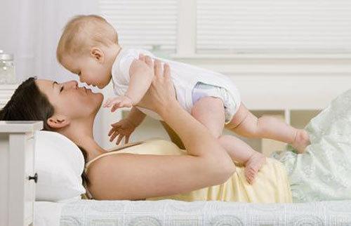 Việc nựng con quá đà có thể ảnh hưởng đến sức khỏe của trẻ. Ảnh minh họa: touch.