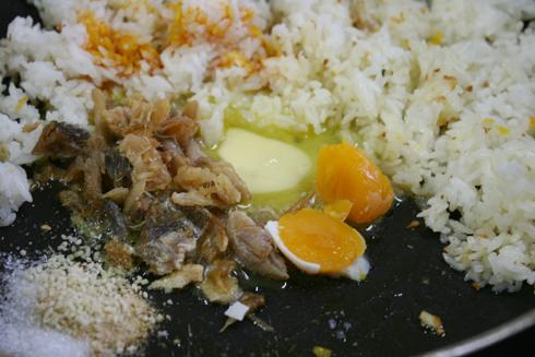 Cách làm món cơm chiên cá mặn ngon 4