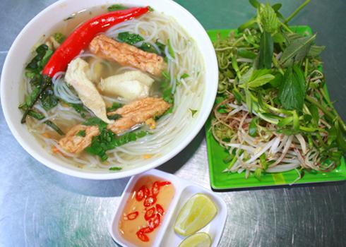 Thành phần chính làm nên sự nổi tiếng của món ăn là cá lóc. Cá lóc làm sạch, đầu cá được cắt rời nhưng vẫn giữ nguyên bộ lòng.
