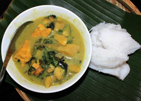 Tên gọi bún ốc chuối đậu được tổng hợp từ các thành phần làm nên món ăn. Chế biến món này không khó nhưng mất nhiều thời gian vì có nhiều thành phần như ốc, chuối xanh, đậu, thịt lợn...
