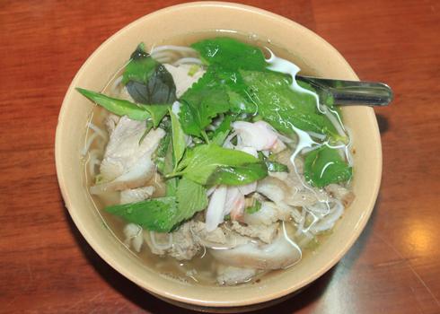 Nước dùng được nấu từ gia vị chủ yếu là hạt tiêu, tạo ra hương vị cay nồng làm nên đặc trưng cho món ăn này.