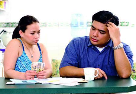 Khi chồng hoặc vợ quản lý tiền quá chặt 1