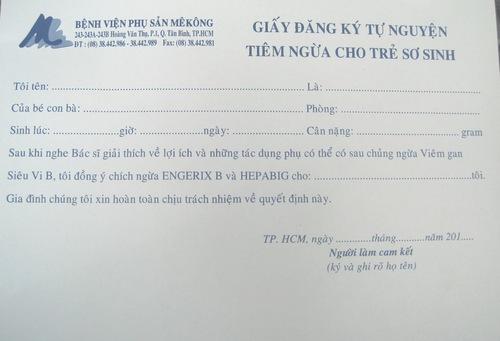 Trẻ có mẹ mắc viêm gan B trước khi tiêm phòng phải được người nhà ký vào tờ giấy đồng ý này. Ảnh: Lê Phương.