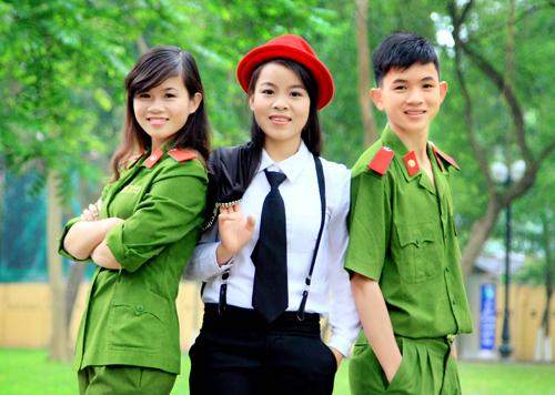 Nữ thủ khoa kép (bên trái) cùng hai người em đang theo học ở Hà Nội.