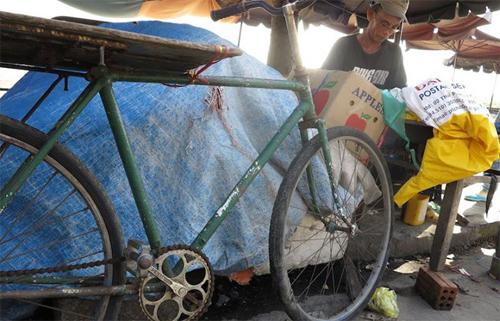 Hồi này ít người dán áo mưa nên để có tiền sinh sống ông phải làm thêm nghề chở thuê bằng xe đạp cho những tiểu thương ở chợ Hội An, cũng chẳng được bao nhiêu nhưng đủ chi phí sống qua ngày.