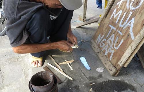 Dụng cụ rất đơn giản chỉ là ít củi được chẻ nhỏ, than hoa và chiếc dùi.
