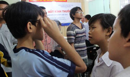 Trẻ hào hứng với những chiếc kính thuốc có giá hơn 8 triệu đồng được nhận. Ảnh: Lê Phương.