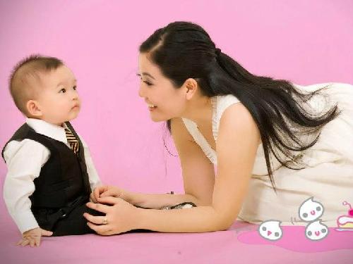Việc cùng chơi với con trẻ sẽ giúp làm thắm thêm tình cảm gia đình. Ảnh: TT.