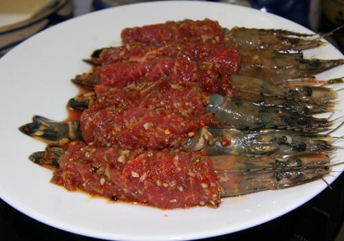 Ướp thịt bò với tỏi bằm, nước tương, đường, ớt
