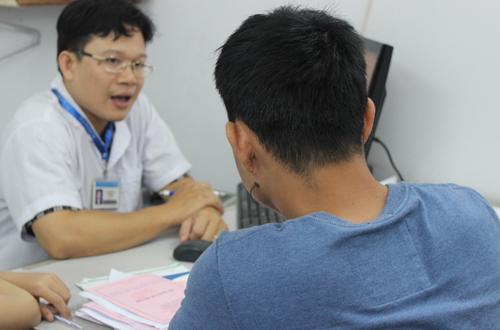 Bác sĩ khám bệnh tại bệnh viện Tâm thần TP HCM. Ảnh: Lê Phương.